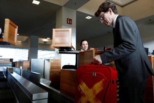 Flughafen-Chef Daldrup gibt probehalber einen Koffer auf. Reuters