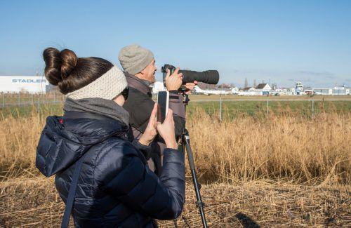 Fotografieren am Absperrzaun: Sarah und Christoph Simma entgeht nichts. VN/Paulitsch