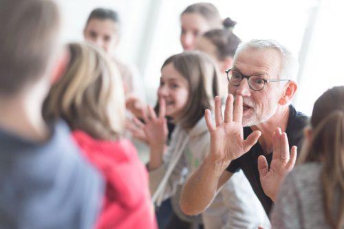 Für Coach Markus Riedmann ist es die Vielseitigkeit, die für ihn den Reiz der Theaterarbeit in den Schulen ausmacht. Frauke Kühn