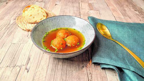 Gebackene Riebelknödel in kräftiger Rinderbouillon. Ein wunderbares Essen für kalte Wintertage.VN/Oliver Lerch