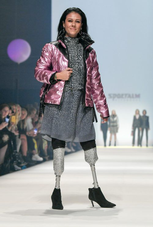 Giusy Versace ging mit Glitterprothese über den Laufsteg.APA