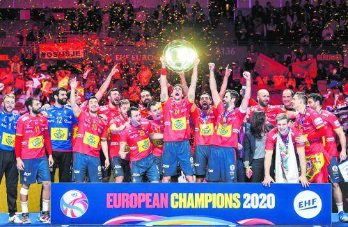 Grenzenlose Freude bei Abwehrchef Viran Morros nach Übergabe der Siegertrophäe bei der EURO 2020. Mit dem EM-Titel sind die Iberer auch fix bei Olympia 2020 dabei. AFP