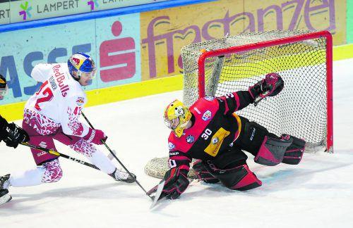 Harter Arbeitstag für VEU-Torhüter Alex Caffi, er musste gegen Salzburg gleich neun Mal hinter sich greifen.Hartinger