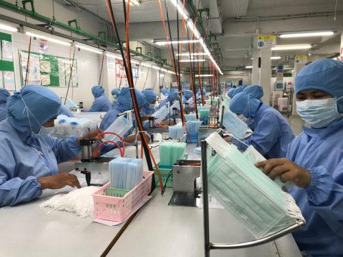 Hochbetrieb herrscht in Fabriken wie dieser in Bankgok, die Atemmasken und Schutzanzüge herstellen. In China ruhen viele Betriebe aller Branchen. AFP