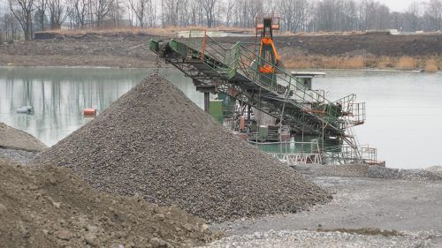 Das alte Kiesabbaugebiet hat ausgedient. Bis zur Neuerschließung wird Kiesunternehmer Kopf Kies zur Verarbeitung aus Deutschland importieren. egle