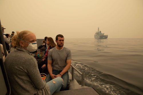 Im Küstenort Mallacoota, wo Urlauber und Bewohner an den Strand geflüchtet waren, brachte die Marine Eingeschlossene in Sicherheit. AFP