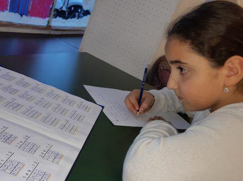 Im Lerncafé Nenzing lernt Narin fleißig für die Schule.