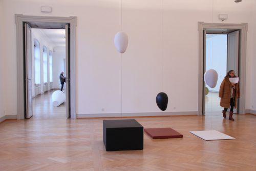 Iman Issa erforscht unser kulturelles Erbe und konfrontiert mit geometrischen Skulpturen. AG