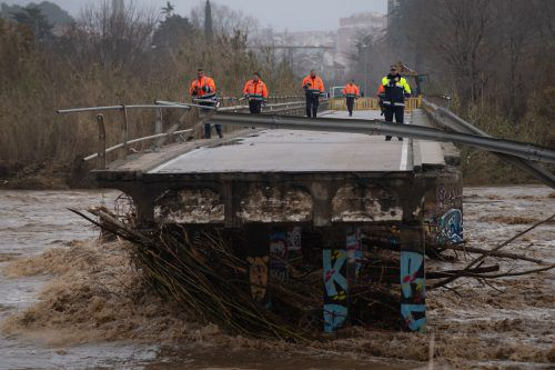 In der Nähe der katalanischen Girona rissen die Wassermassen eine Brücke mit. AFP