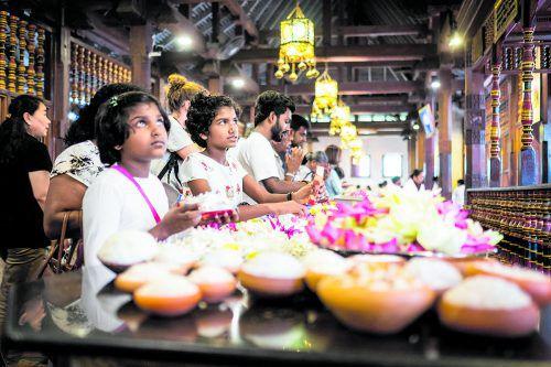 In Sri Lankas Tempeln geht es farbenfroh zu. Die Blumen dienen als Opfergabe.Beate Rhomberg