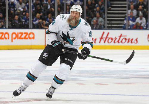 Joe Thornton (Bild) steht ebenso wie Patrick Marleau und Zdeno Chara in seiner vierten Dekade auf NHL-Eis.apa