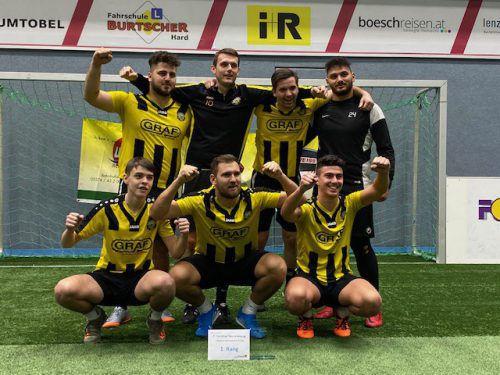 Jubeln nach dem Turniersieg: Die Spieler des SC Hatlerdorf gewannen das 1b-Turnier in Hard dank eines 2:1-Finalsieges über das 1b der Bludenzer Rätia.Knobel