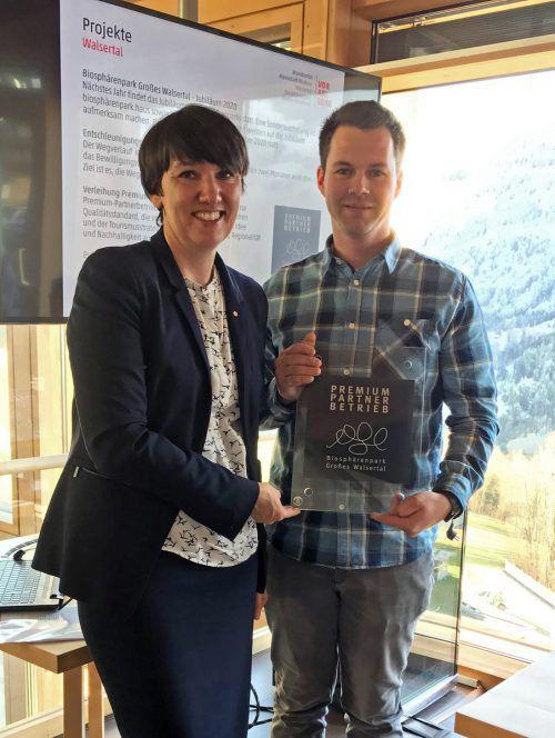 Kerstin Biedermann-Smith und Marcell Schäfer bei der Übergabe der Auszeichnung. AR