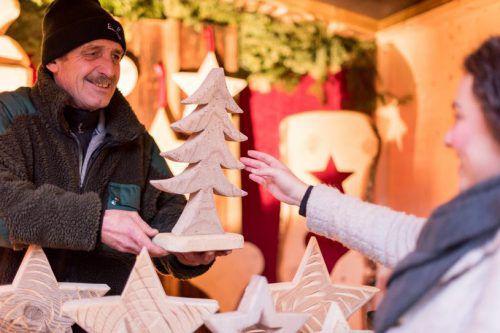 Kerzenzieher, Schnitzer und Töpfer aus dem Tal präsentieren ihr handwerkliches Können und laden dazu ein, selbst einmal Hand anzulegen.nussbaumerphotography/Montafon Schruns Tourismus