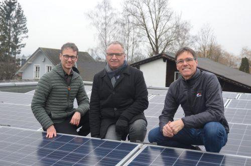 Klubchef Daniel Zadra (l.) und Abgeordneter Christoph Metzler (Grüne) präsentierten mit Harald Kräutler Solaroffensive. Grüne