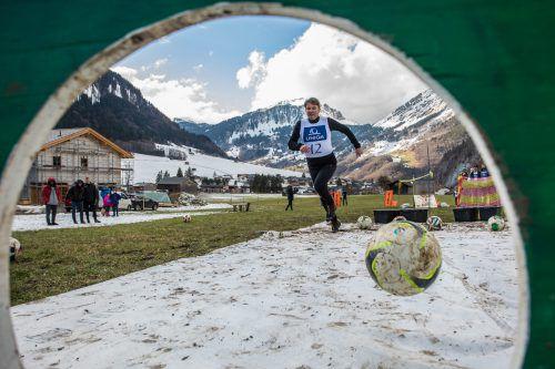 Kurt Fischer in Aktion, Lustenaus Gemeindeoberhaupt bewies auch auf Schnee Ballgefühl.Steurer