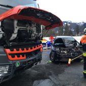 Drei Verletzte bei Kollision zwischen Pkw und Lkw