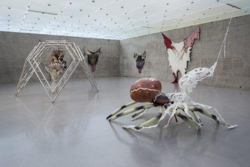 Lebensgroße Skulpturen von Tieren oder einzelne Plastiken nehmen bei Raphaela Vogel überdimensionale Ausmaße an.KUB/markus tretter