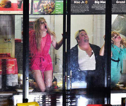 """Lilith Stangenberg (links) im Stück """"Hunger"""" bei den Salzburger Festspielen. APA"""