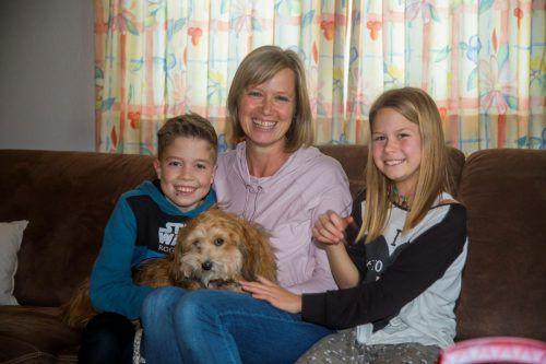 Lukas Bilgeri mit seiner Mutter Brigitte und seiner Schwester Julia. Hund Peggy ist der Liebling der Kinder.VN/paulitsch