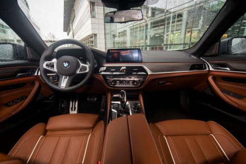 Luxuriöse Innenarchitektur mit zentralem Großdisplay im ergonomischen Cockpit.