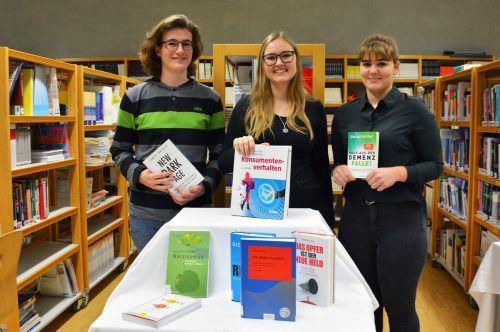 Marcel Bader, Martina Mair und Julia Schulz (v. l.) machen die Schulbibliothek zukunftsfit. CRO