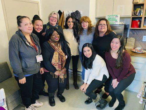 Meghan (M.) zeigte sich leger inmitten von Mitarbeiterinnen einer Hilfseinrichtung für Frauen anlässlich einer Charity-Aktion in Vancouver. AP