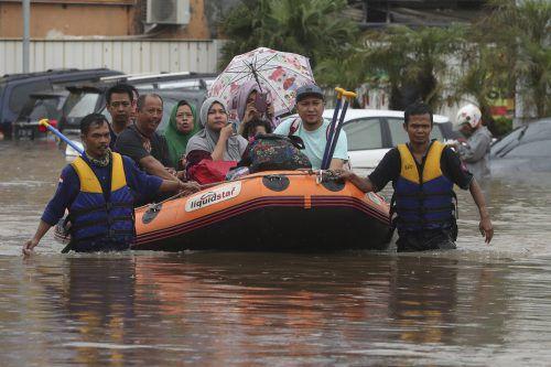 Mit Booten wurden zahlreiche Menschen in Sicherheit gebracht. AP
