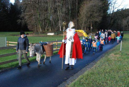 Mit Johanna und dem Esel Hannibal sowie dem Nikolaus zogen die Häslegruppa und ihre Begleiter zum Kindergarten.Gemeinde