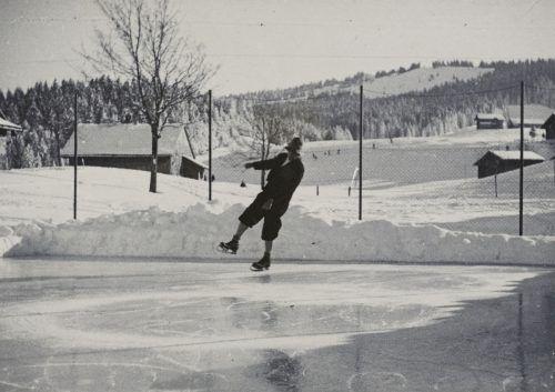 Mit Spritzeis wurde der Tennisplatz am Bödele fürs Eislaufen präpariert. Das Bild stammt aus dem Jahr 1932.