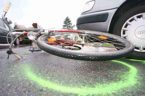 Nachdem sie vom Pkw einer Lenkerin erfasst worden war, starb eine Radfahrerin später im Krankenhaus. Doch woran, konnte nicht geklärt werden. symbol: VN/hb