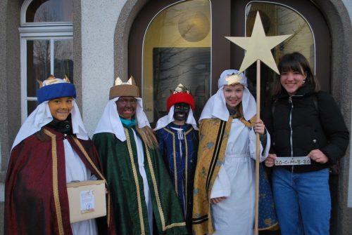 Pia Hellbock, Kyra Rusch, Emilia Bortolotti, Klara Stadelwieser und Lisa Stadelwieser sind für die Dreikönigsaktion im Hatlerdorf unterwegs.erh