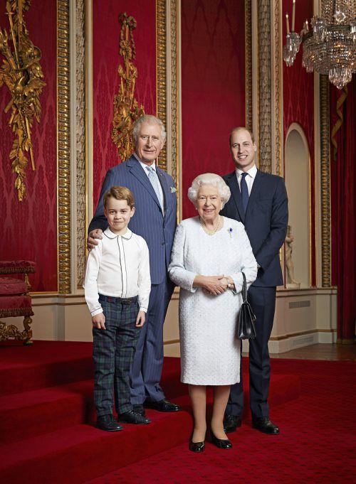 Queen Elizabeth II., Prinz Charles und Prinz William (im Bild mit Prinz George) wurden laut Medienberichten von der Rückzugsankündigung überrascht. Reuters