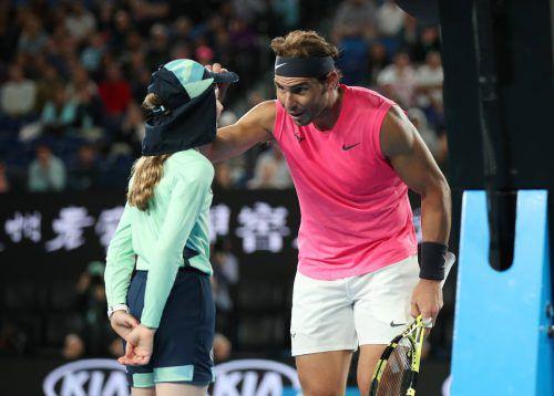 Rafael Nadal entschuldigt sich und kümmert sich um das Ballmädchen.Reuters