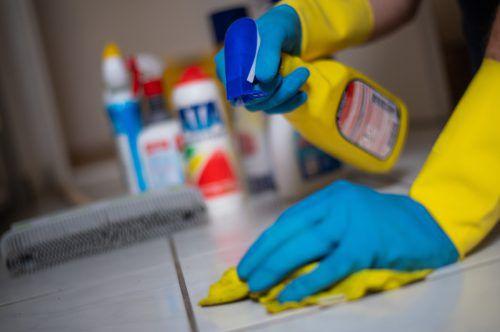 Reinigung bleibt Frauensache. Männer wirken unterstützend mit.APA