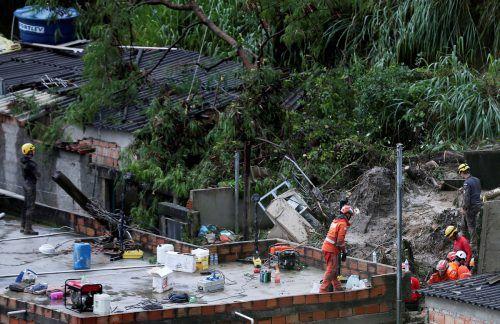 Rettungskräfte suchen in den Trümmern nach Überlebenden. Reuters