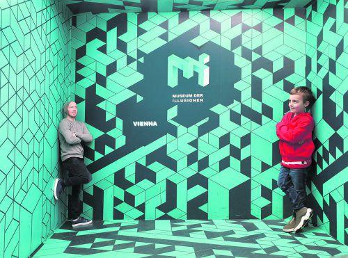 Robert Weber genießt die wenige Freizeit bei der EURO 2020 und ließ sich mit Gattin Lisa und Sohn Lio im Museum der Illusionen inspirieren. Weber