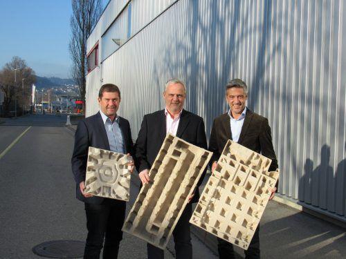 Rondo-Vorstand Udo Nachbaur (l.) und Vorstandsvorsitzender Hubert Marte (r.) mit Wilhelm Siller-Goerner, GF Goerner Formpack. Unten:Faserformverpackung. FA