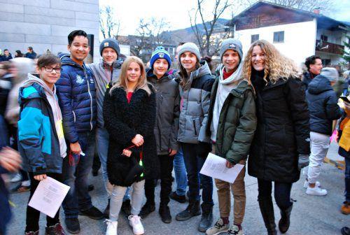 Schüler und die Direktorin (rechts) freuten sich auf den Start des Winterzaubers. erh
