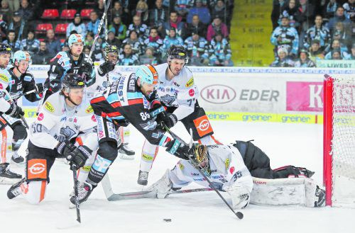 Störversuch von Mathias Bau Hansen und Keaton Ellerby gegen Dan DaSilva vor dem Tor von Juha Järvenpää. Draxler