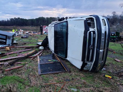 Tornados fegten Mobilhäuser nieder und kippten Autos um.ap