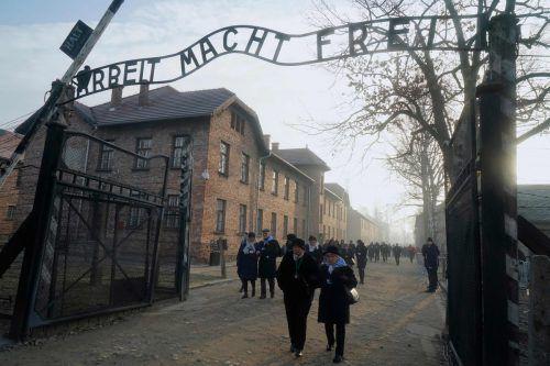 Überlebende der Schoah nehmen am Gedenken im ehemaligen Konzentrationslager teil.  AFP
