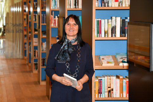 Ulrike Unterthurner fühlt sich in der neuen Dornbirner Stadtbibliothek wohl und sieht der Eröffnung Ende Jänner schon aufgeregt entgegen. VN/lerch
