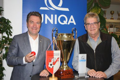 Uniqa-Landesdirektor Markus Stadelmann (links) nahmn in Anwesenheit von VFV-Vizepräsident Peter Schneider die Cupauslosungen vor.Knobel