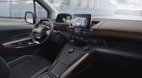 Unprätentiöse Inneneinrichtung, samt i-Cockpit-Interpretation und zentral postiertem Touchscreen.