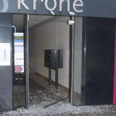 Böller ließ gläserne Eingangstüre bersten