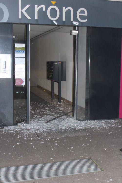 Von der Eingangstüre blieben nur noch Glasscherben. Feuerwehr lustenau
