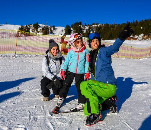 Während Mama Caroline die wärmenden Sonnenstrahlen genoss, ließ sich Jana von Papa Jürgen die Natur erklären und in die Geheimnisse des Skifahrens einweihen.