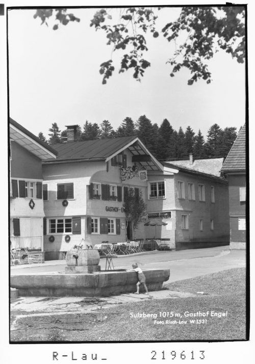 1830 wurde im Gasthaus Engel in Sulzberg eine Brauerei eingebaut. Deren Produkt erfreute sich einer solchen Beliebtheit, dass der Engelwirt 1866 eine eigene Brauerei am Dorfrand errichten ließ. Sammlung Risch-Lau, Ansichtskartensammlung, Vorarlberger Landesbibliothek
