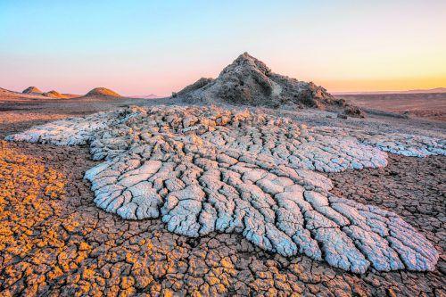 60 Kilometer südwestlich von Baku kann man im GobustanNationalpark die Schlammvulkane beobachten . Shutterstock (5)